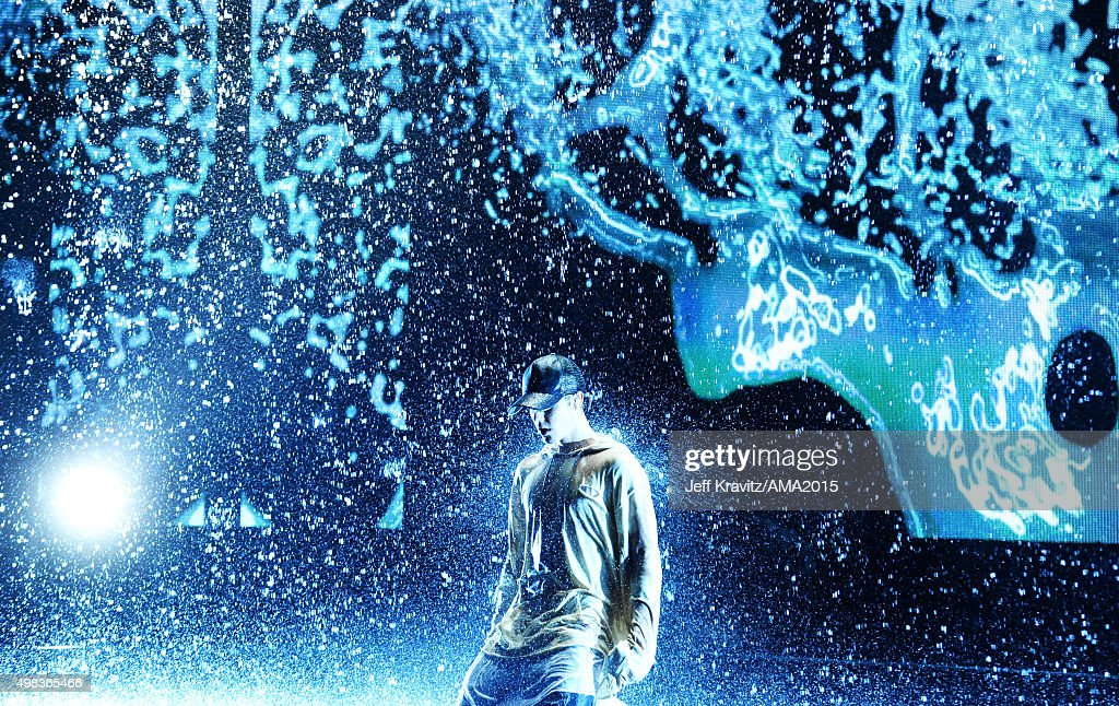 Recording artist Justin Bieber performs onstage during the 2015 American Music Awards at Microsoft Theater on November 22, 2015 in Los Angeles, California.