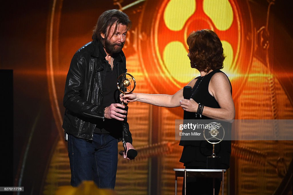 Singer <a gi-track='captionPersonalityLinkClicked' href=/galleries/search?phrase=Ronnie+Dunn&family=editorial&specificpeople=208175 ng-click='$event.stopPropagation()'>Ronnie Dunn</a> (L) of Brooks & Dunn accepts the Nash Icon award from singer <a gi-track='captionPersonalityLinkClicked' href=/galleries/search?phrase=Reba+McEntire&family=editorial&specificpeople=202959 ng-click='$event.stopPropagation()'>Reba McEntire</a> onstage during the 2016 American Country Countdown Awards at The Forum on May 1, 2016 in Inglewood, California.