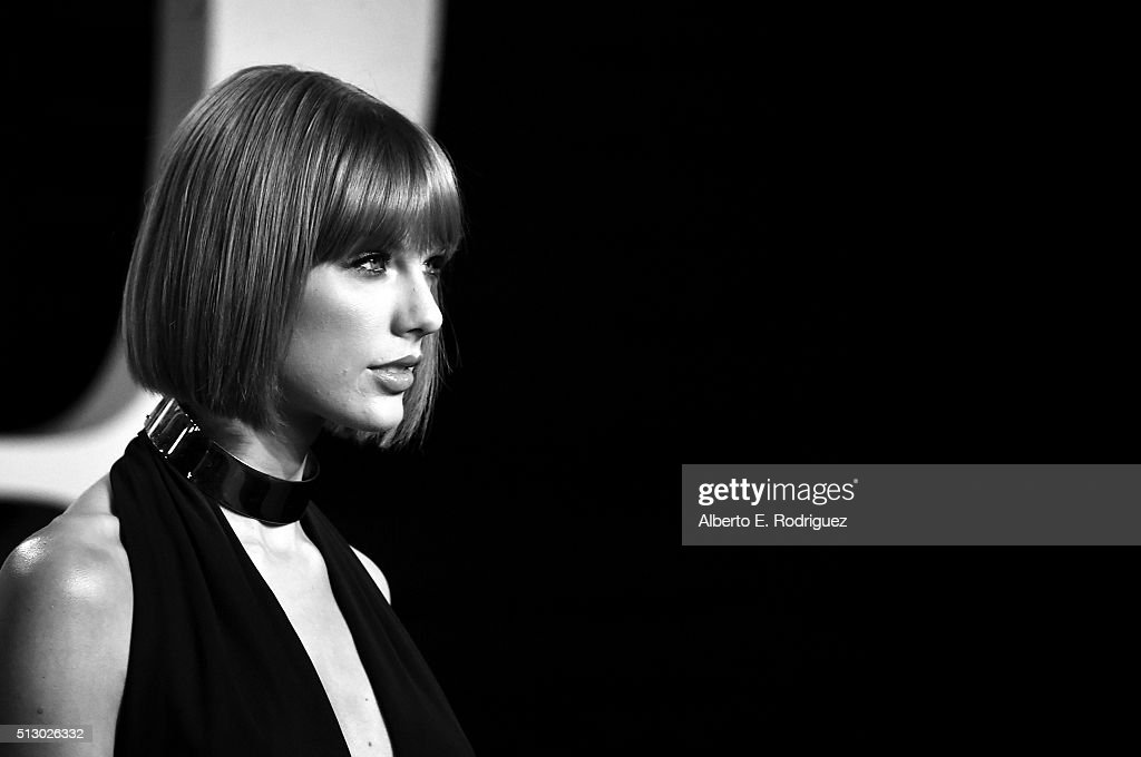 Recording artist Taylor Swift attends the 2016 Vanity Fair Oscar Party hosted By Graydon Carter at Wallis Annenberg Center for the Performing Arts on February 28, 2016 in Beverly Hills, California.