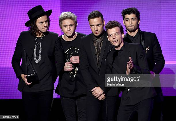 Recording artists Harry Styles Niall Horan Liam Payne Louis Tomlinson and Zayn Malik of One Direction accept the Favorite Pop/Rock Band/Duo/Group...