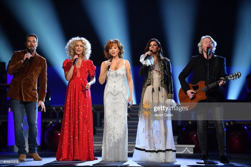 Recording Artists Jimi Westbrook, Kimberly Schlapman, Karen Fairchild and Phillip Sweet of Little Big Town along with Reba McEntire (center) performs on stage during the 2017 CMA Country Christmas at The Grand Ole Opry on November 14, 2017 in Nashville, Tennessee.