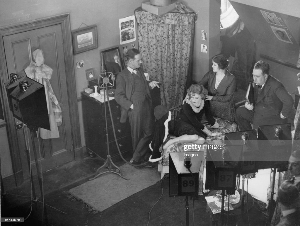 Recordings to the British crime film BLACKMAIL by Alfred Hitchcock. Alfred Hitchcock with Donald Calthrop / Sara Allgood / Anny Ondra in the Elstree Studios. 1929. Photograph. (Photo by Imagno/Getty Images) Aufnahmen zum britischen Kriminalfilm ERPRESSUNG (Originaltitel: Blackmail) von Alfred Hitchcock. Alfred Hitchcock mit Donald Calthrop/Sara Allgood/Anny Ondra im Elstree Studios. 1929. Photographie.