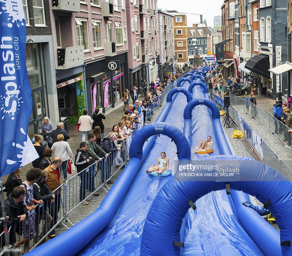 Recreationists enjoy the first pop-up slide which is more than 150 meters long in the centre of Nijmegen on May 27, 2016. / AFP / ANP / Piroschka van de Wouw / Netherlands OUT