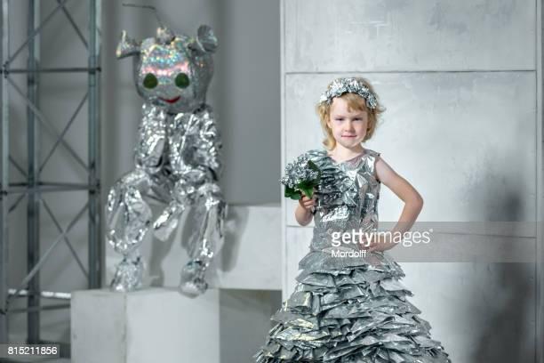 Öko-Mode zu recyceln. Kinder Kostüme aus Folie hergestellt