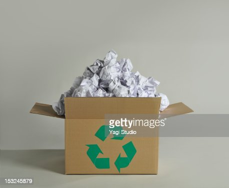 Recycling box and wastepaper : Stockfoto