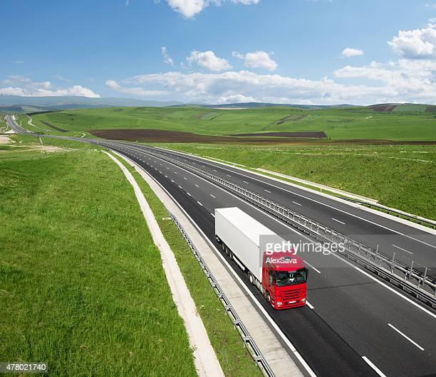 Rote und weiße Lkw auf der Autobahn Beschleunigung