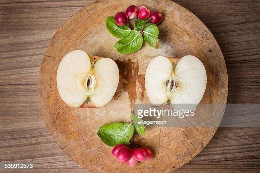 Rojo, manzanas y rojo carunda el corte de madera : Foto de stock