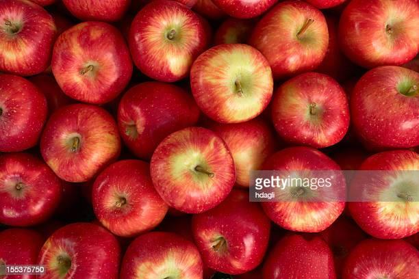 Rote Äpfel auf einem Markt
