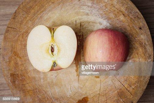 Manzanas rojas el corte de madera : Foto de stock