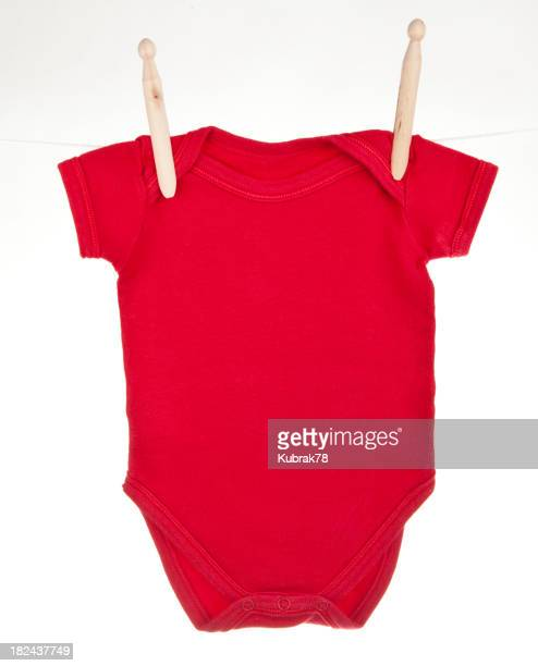 Rot baby bodysuit hängen auf einer Wäscheleine