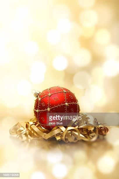 bauble rouge et ruban doré