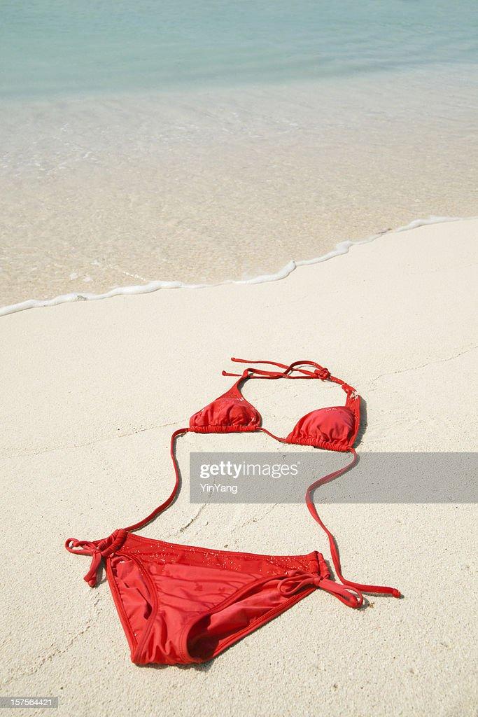 Rosso Bikini Costume da bagno sulla spiaggia di sabbia d'estate tropicale dei Caraibi : Foto stock