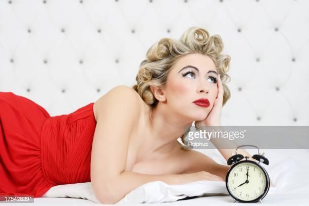 Red blonden Retro Frau wartet für ihn