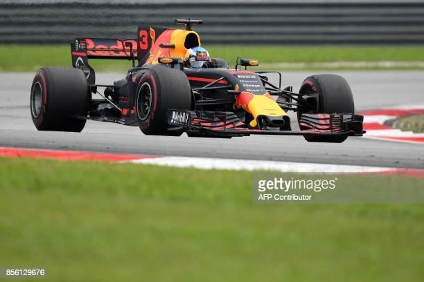Red Bull's Australian driver Daniel Ricciardo drives his car during the Formula One Malaysia Grand Prix in Sepang on October 1 2017 / AFP PHOTO /...
