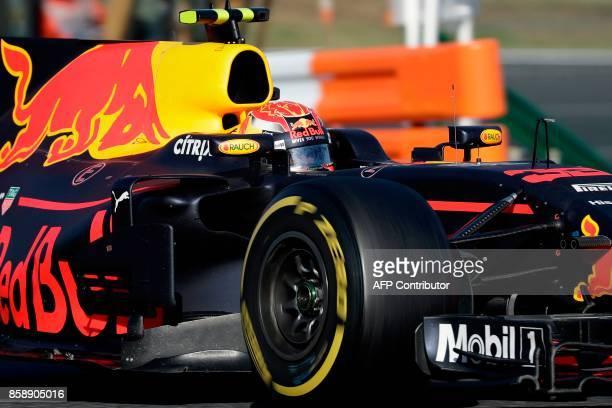 Red Bull's Dutch driver Max Verstappen drives during the Formula One Japanese Grand Prix at Suzuka on October 8 2017 / AFP PHOTO / Kiyoshi OTA