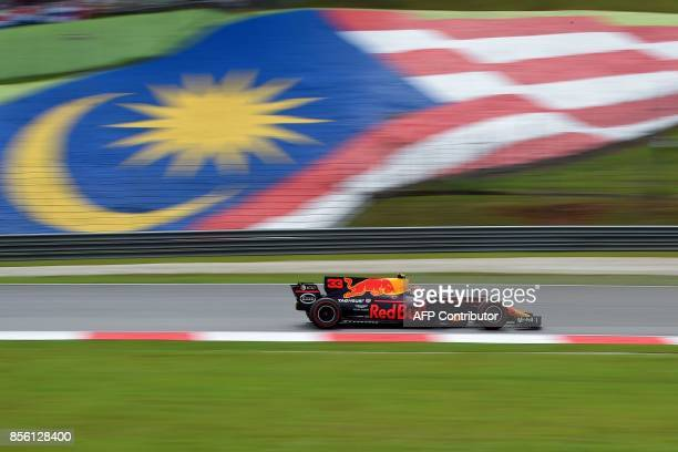 Red Bull's Dutch driver Max Verstappen drives his car during the Formula One Malaysia Grand Prix in Sepang on October 1 2017 / AFP PHOTO / MANAN...