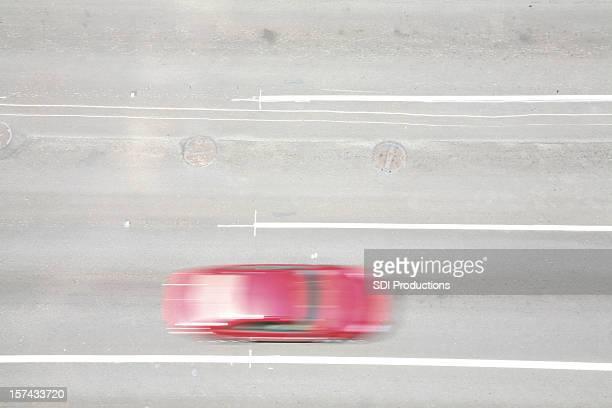 Rotes Auto in Bewegung von oben