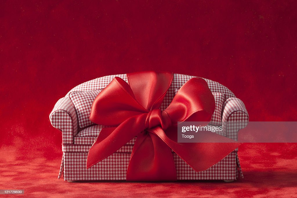 Red check couch with red bow : Bildbanksbilder