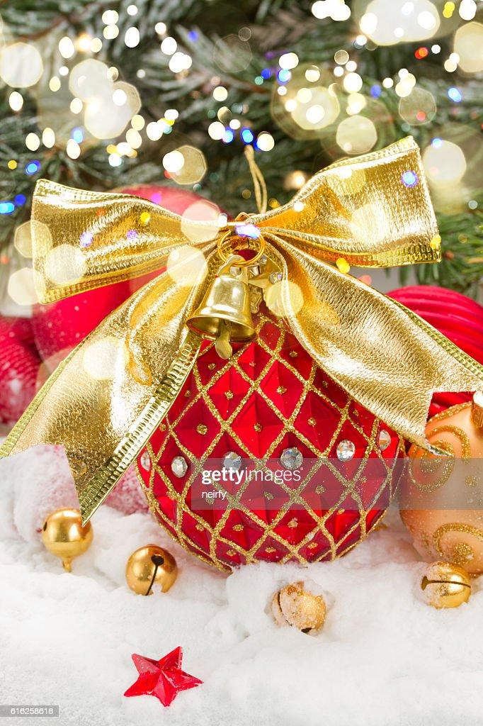 Bola de Natal vermelha com laço dourado : Foto de stock