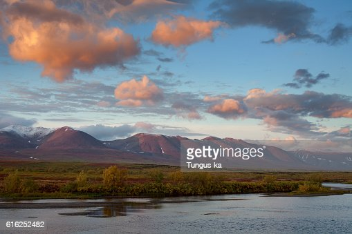 Red clouds at sunrise over the river. : Foto de stock