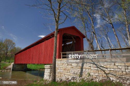 赤い屋根付き橋の田舎にインディアナ