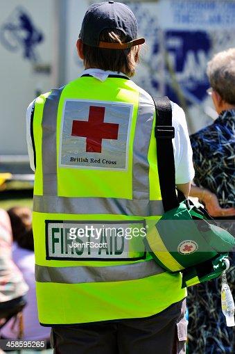 Cruz roja de primeros auxilios trabajo a un público para reuniones al aire libre