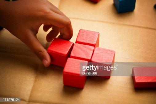 Cruz roja fabricadas de bloques de madera