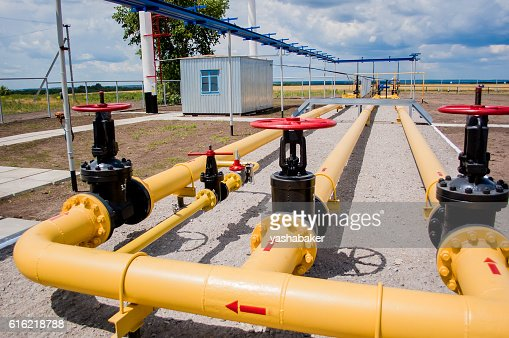 Red faucet with steel pipe in natural gas treatment plant : Foto stock