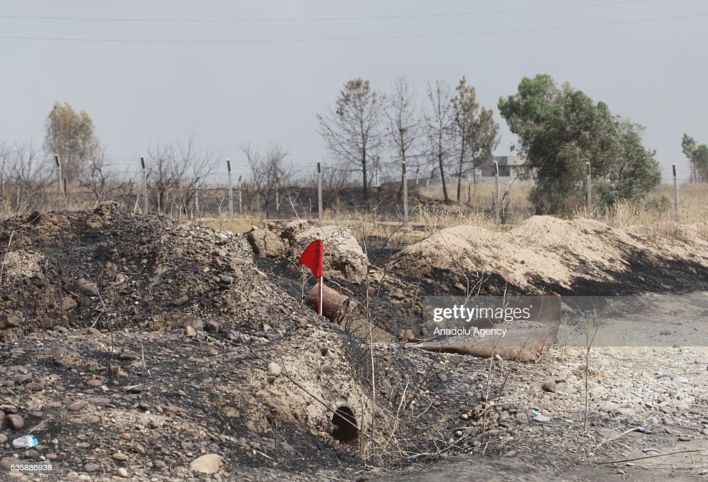 A red flag, which was placed to point out the mines, is seen as Peshmerga forces conduct an operation against Daesh terrorists in Nineveh, Iraq on May 30, 2016.