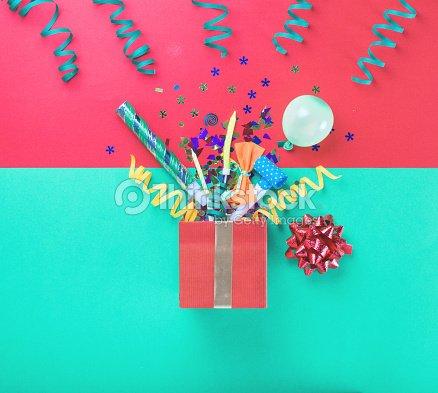 빨간 선물 상자와 다양 한 파티 색종이 풍선 깃발 Noisemakers 여러 ...