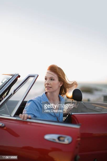 レッド haired 少女車のダイニングテーブルを備えたシッティングエリア、赤