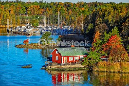 Red house on rocky shore of Ruissalo island, Finland : Foto de stock