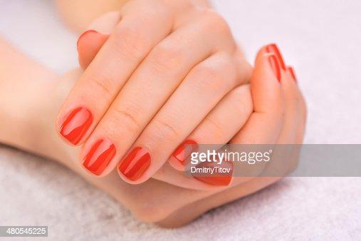 Rojo de manicura en la toalla blanca : Foto de stock