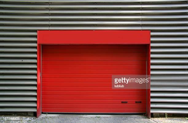 Porta di metallo rosso e Lamiera ondulata di garage, Berlino, Germania