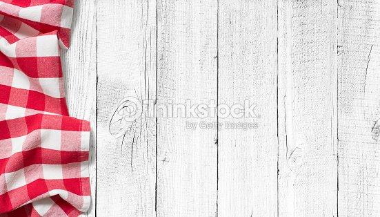 레드 피크닉 식탁보 흰색 배경 나무 탁자 스톡 사진  Thinkstock