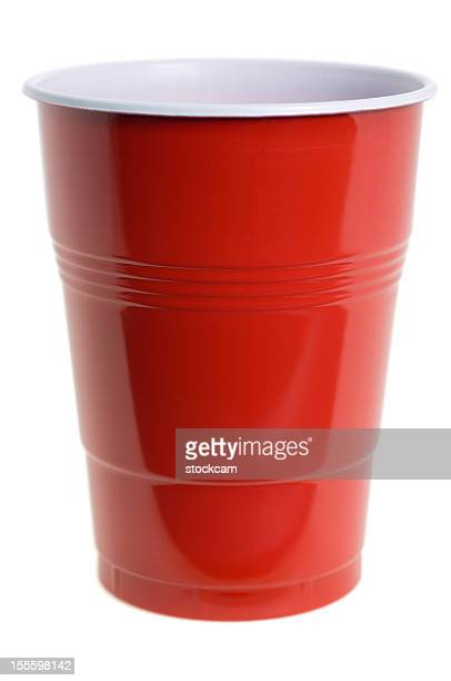 Tasse en plastique rouge isolé sur blanc