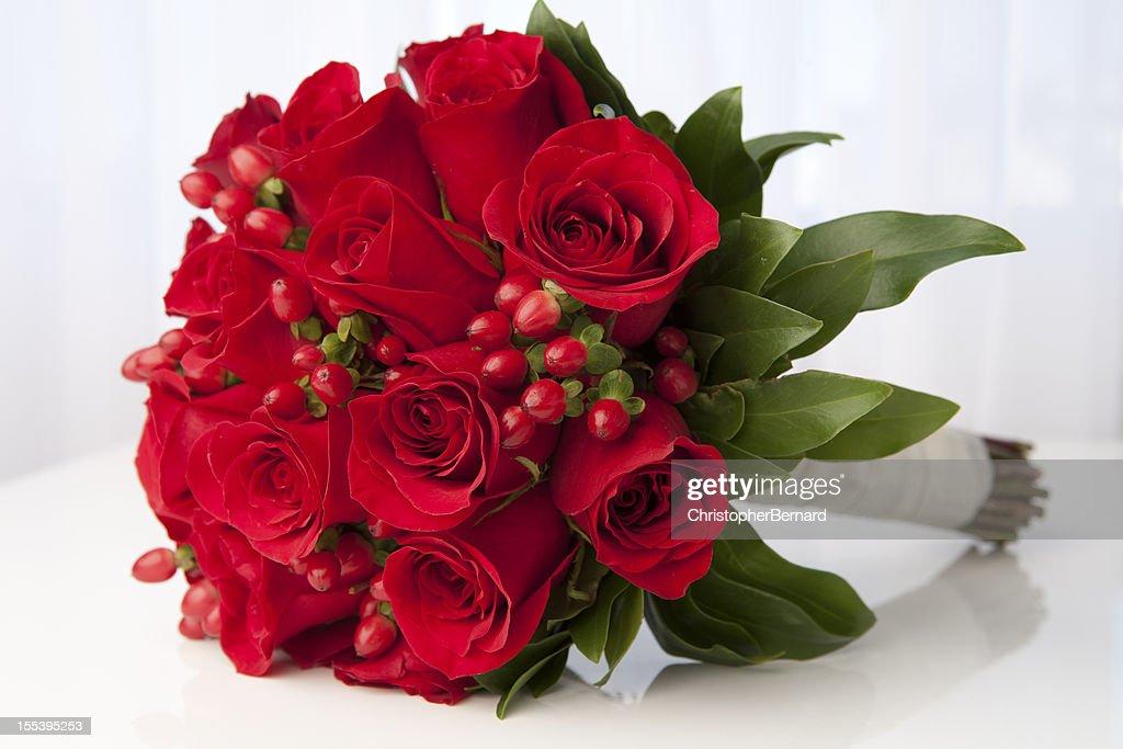 赤いバラのブライダルブーケ : ストックフォト