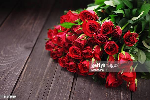 Rose rosse su un vecchio tavolo in legno con spazio copia