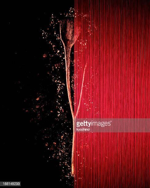 Rote Seide vor Getrocknete Pflanzen.