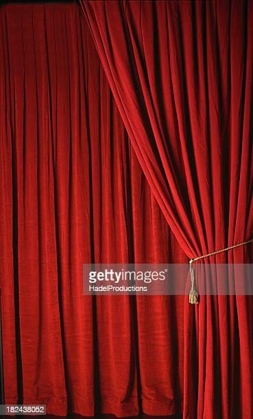 Cortina rojo y escenario de teatro