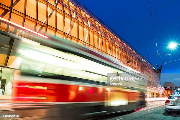 Rot Straßenbahn in Bewegung an die zuvor in Toronto