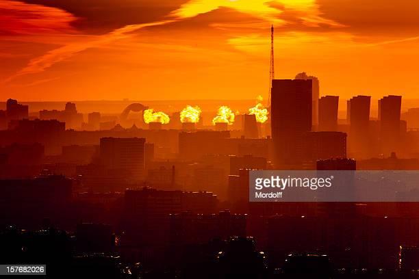 Rote Sonnenuntergang über der Stadt