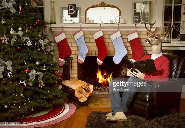 Roter Pullover mit Rentier Mann in Christmas Wohnzimmer