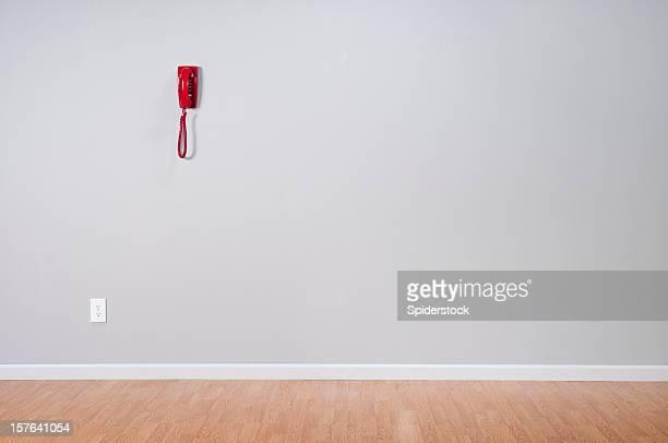 Telefone vermelho no quarto vazio
