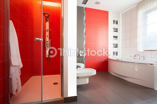 carreaux rouge dans des toilettes photo thinkstock. Black Bedroom Furniture Sets. Home Design Ideas