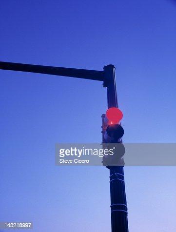 Red traffic signal light at sunrise : Foto stock
