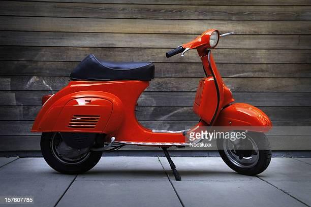 赤いビンテージオールドタイマースクーター