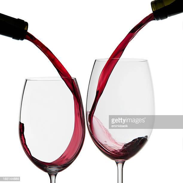 Vin rouge est versé à des lunettes