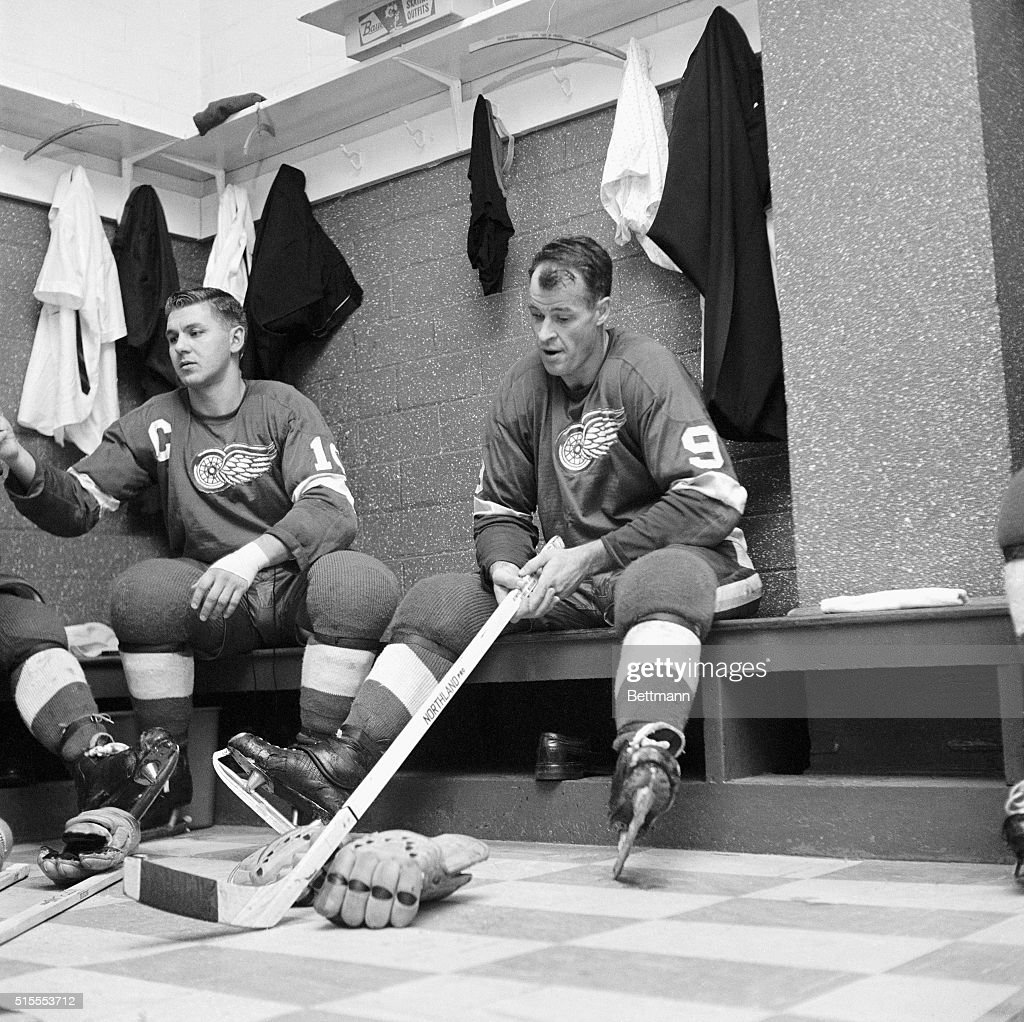 red wings 39 gordon howe is completely relaxed in the dressing room pictures getty images. Black Bedroom Furniture Sets. Home Design Ideas