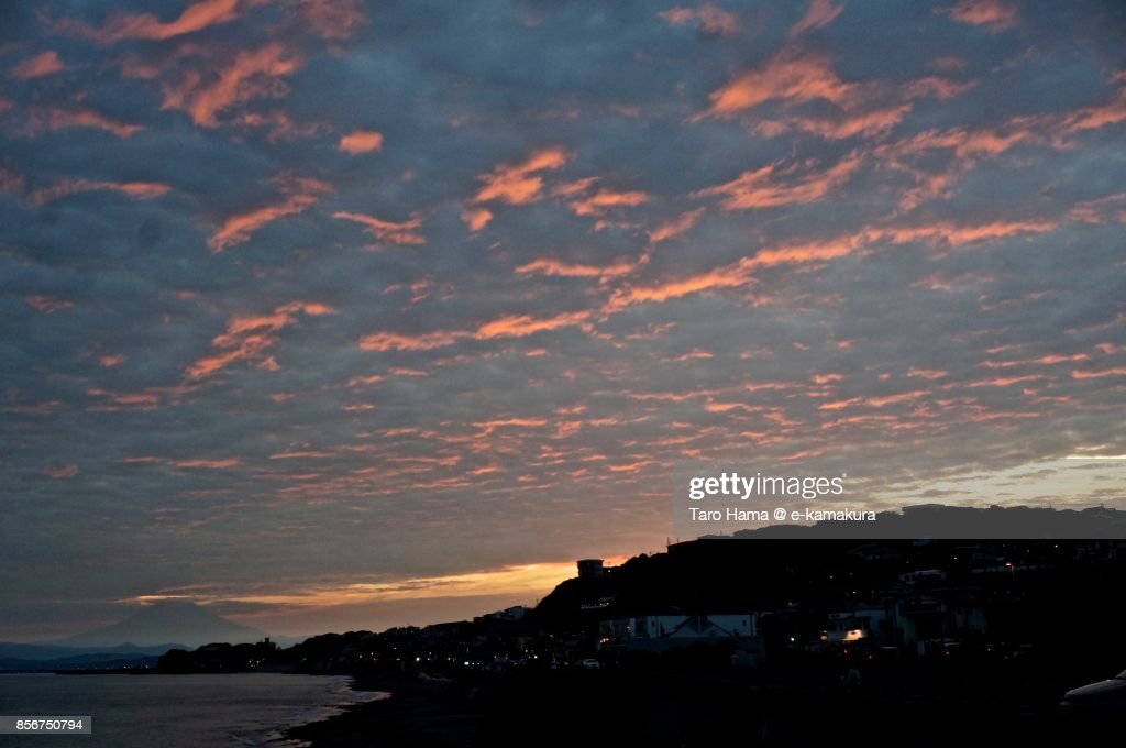 Red-colored sunset clouds on the beach in Kamakura city in Kanagawa prefecture in Japan : ストックフォト
